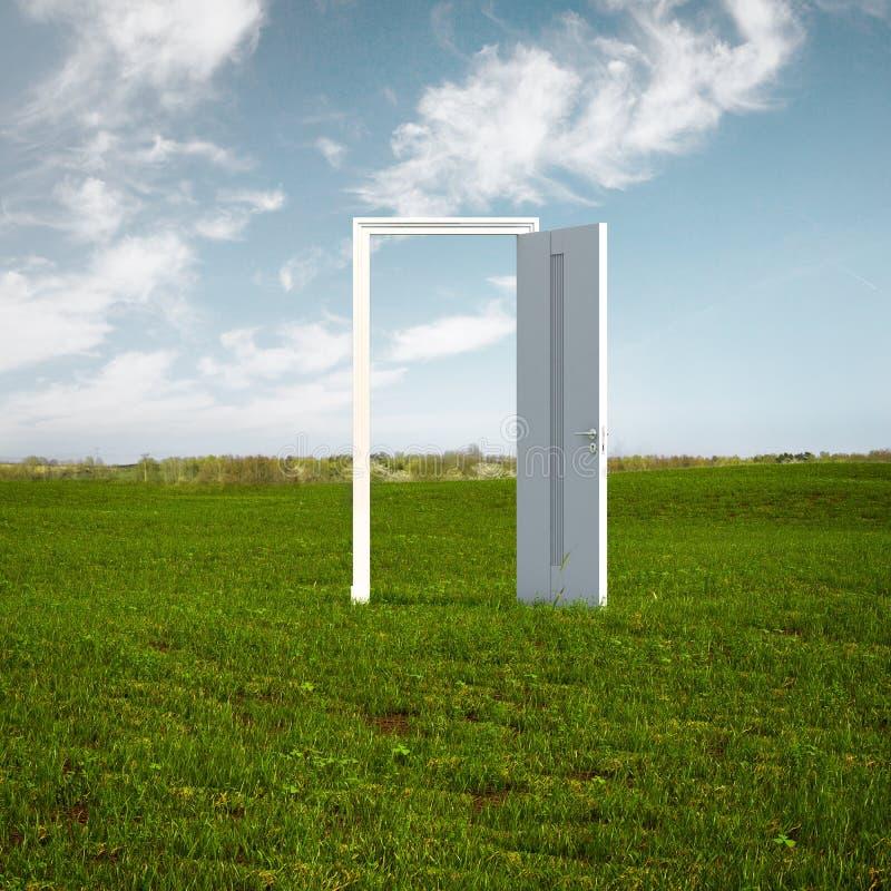 Offene Tür zur neuen Lebensdauer auf dem Feld stockbilder