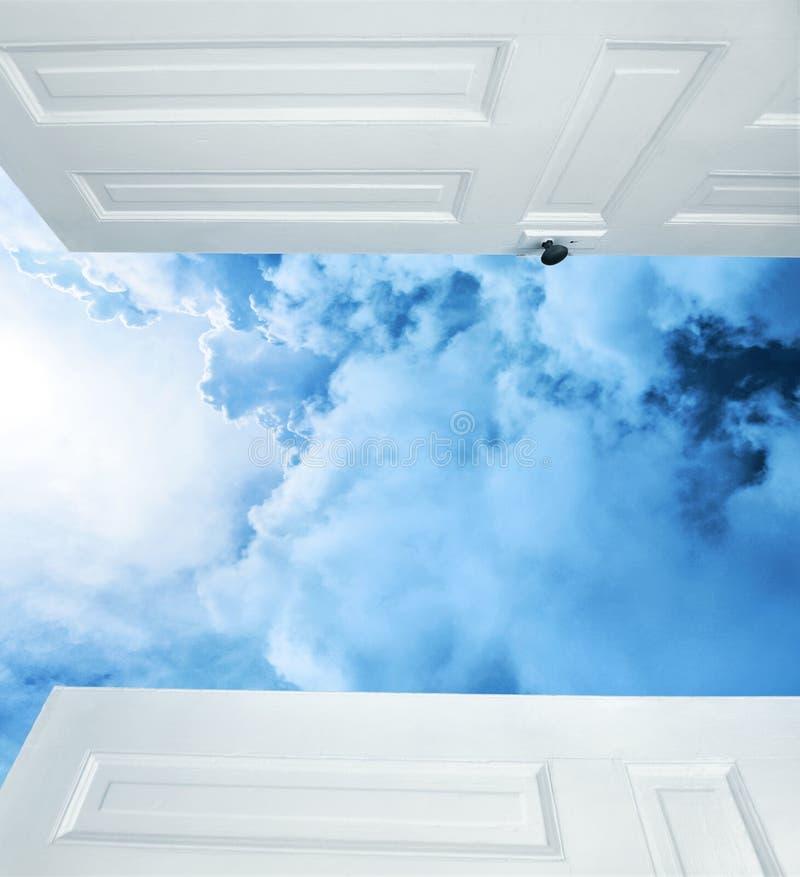 Offene Türen zu den träumerischen blauen Wolken lizenzfreies stockbild