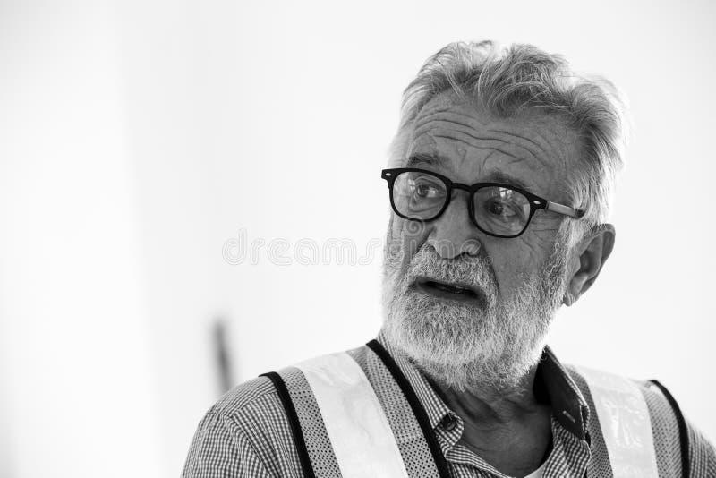 Offener älterer kaukasischer Ingenieur des Porträts lizenzfreie stockfotografie