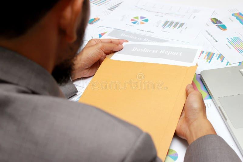 Offener brauner Umschlag des Geschäftsmannes für Bewertungsgeschäftsbericht, Untersuchungsberichtspapiere auf Tabelle im Büro lizenzfreies stockbild