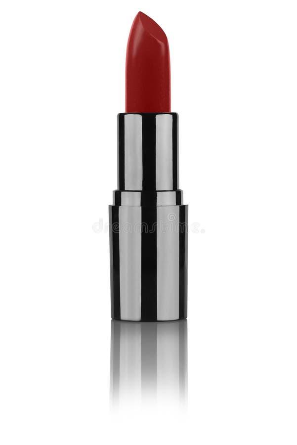 Offener Lippenstift des Weins rote Farbim schwarzen metallischen Rohr, das über die Oberfläche, lokalisiert auf weißem Hintergrun stockfoto