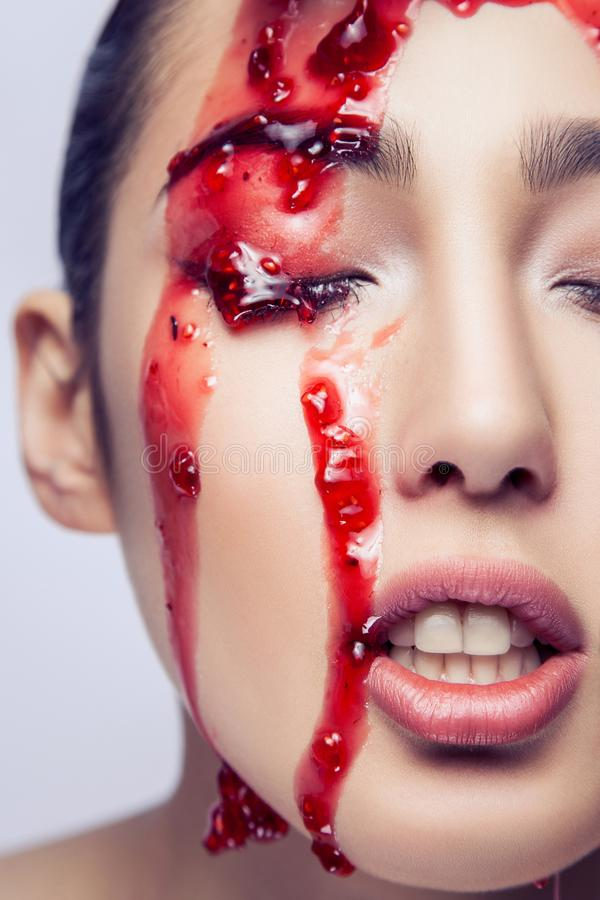 Offener Mund nackten Modells Vogues Stau auf ihrem Gesicht lizenzfreie stockfotos