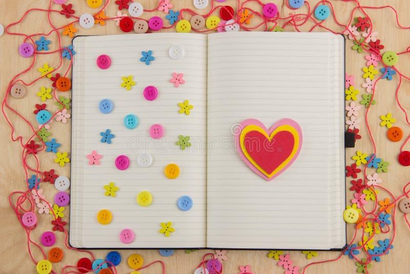 Offener Notizbuchseite Needlewoman mit Knöpfen, Thread, Blumen und stockbild