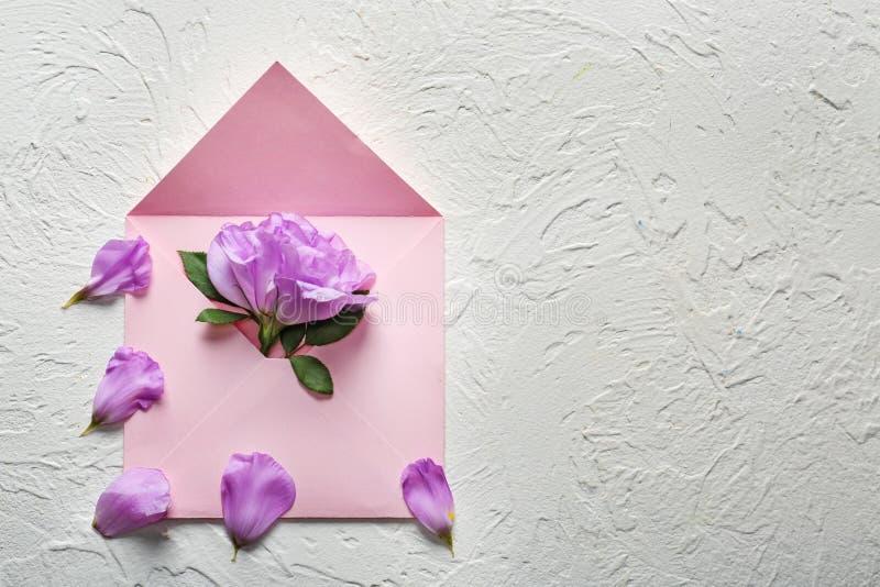 Offener Postumschlag mit Blume auf hellem Hintergrund stockfotos