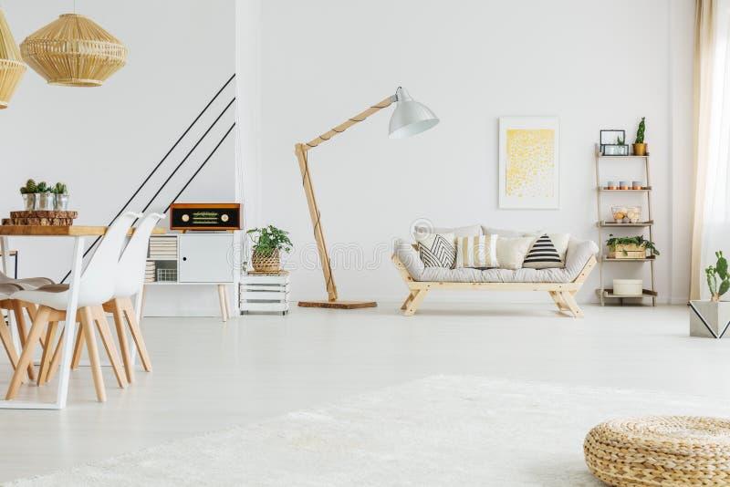 Offener Raum in der modernen Wohnung lizenzfreie stockfotos