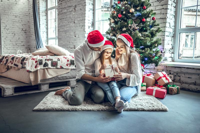 Offenes anwesendes Geschenk der Weihnachtsfamilie stockfotos