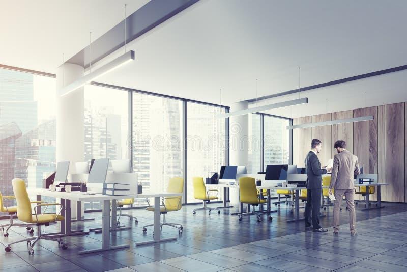 Offenes Büro des Dachbodens mit einer hölzernen Wand, Seite, Männer lizenzfreie stockfotos