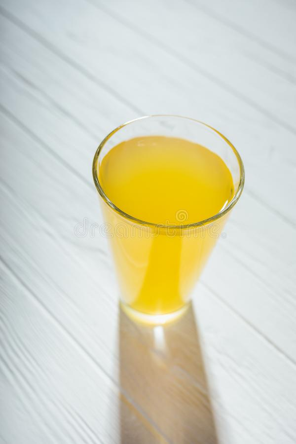 Offenes Bild von einem Glas gelbem Saft stockfotografie