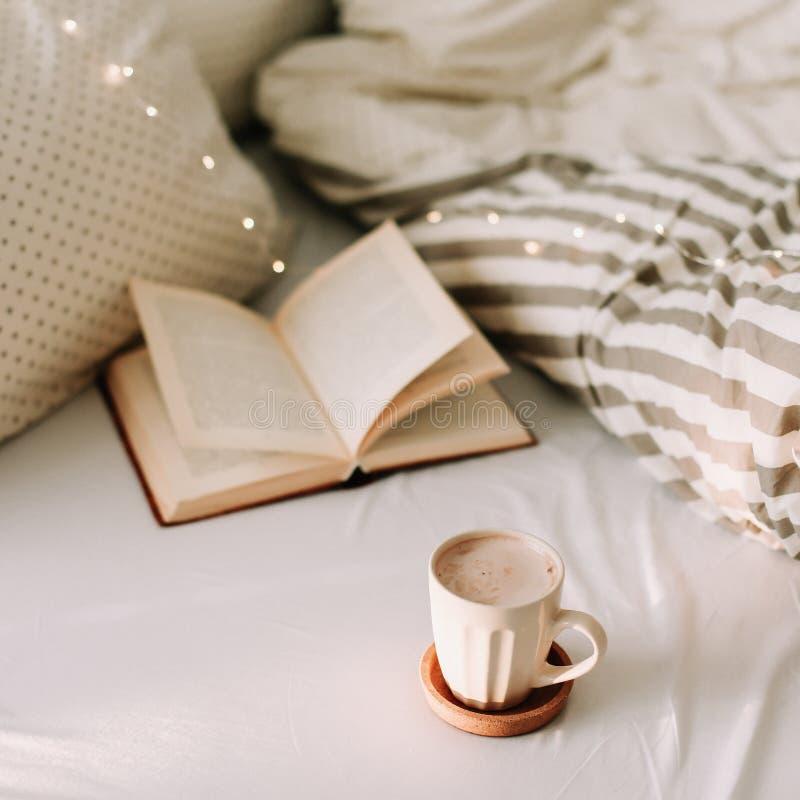 Offenes Buch auf Bedsheets und einem Tasse Kaffee Guten Morgen Fr?hst?ckszeit Fr?hst?ck im Bett Flache Lage lizenzfreies stockbild