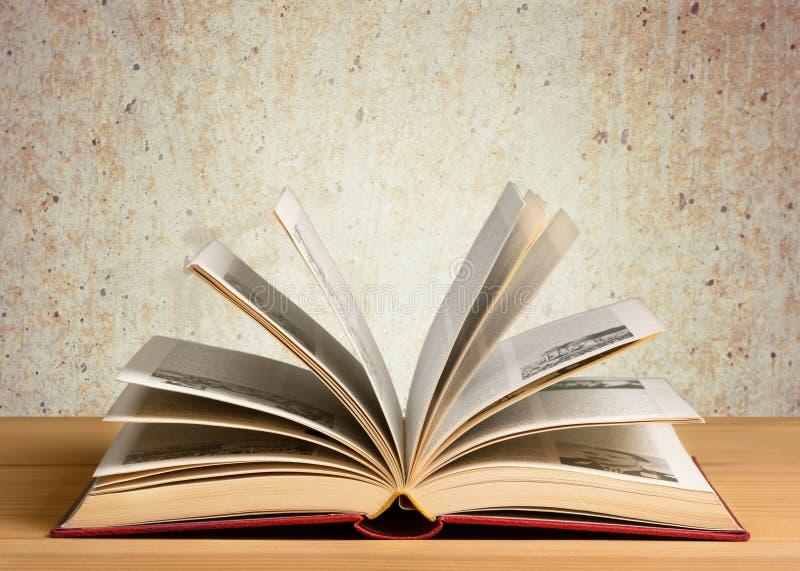 Offenes Buch auf einer hölzernen Hintergrundnahaufnahme stockfoto