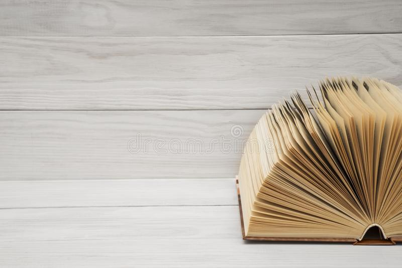 Offenes Buch, Bücher des gebundenen Buches auf Holztisch Scheren und Bleistifte auf dem Hintergrund des Kraftpapiers Zurück zu Sc stockfotografie