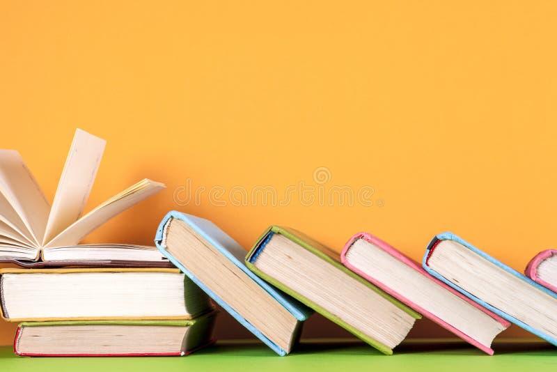Download Offenes Buch, Gebundenes Buch Bucht Auf Hellem Buntem Hintergrund Stockfoto - Bild von hintergrund, leuchte: 96928844