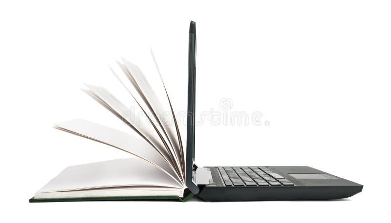 Offenes Buch macht zu einen offenen Laptop stockfotos