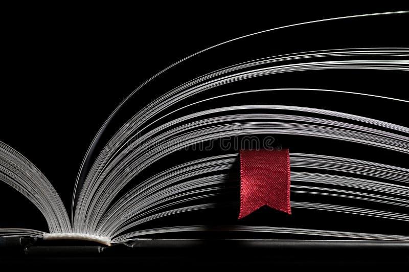 Offenes Buch mit rotem Bookmark lizenzfreies stockbild