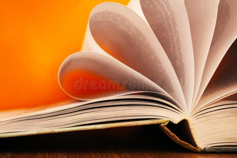 Offenes Buch, schöne Seiten so nah stockbilder