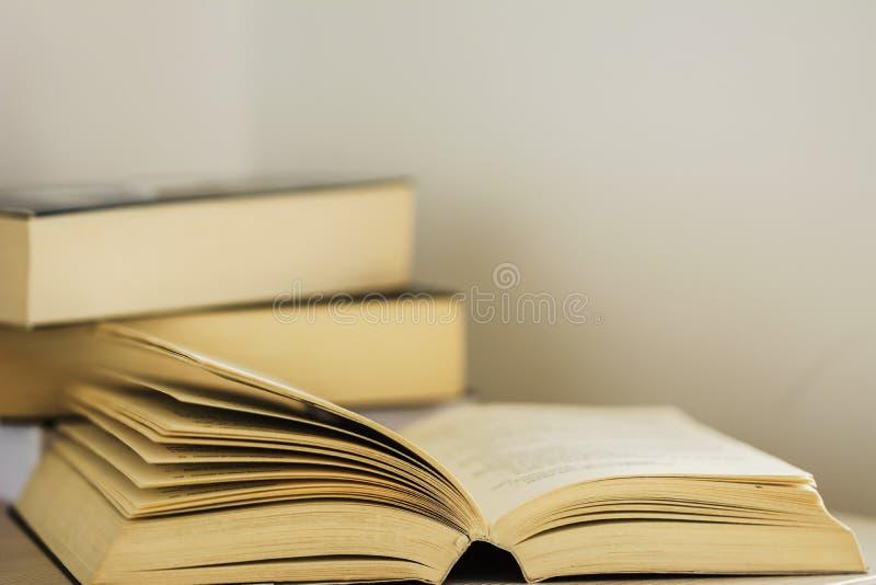 Offenes Buch, Zeit lesend stockfotografie