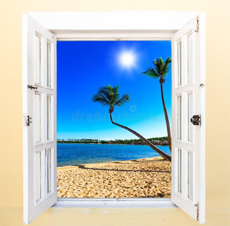 Offenes Fenster zum Meer stockfoto. Bild von strand, lagune - 81815946