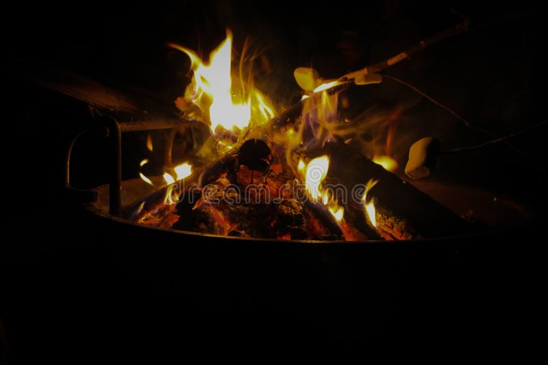 Offenes Feuer auf Campingplatzschwarzhintergrund lizenzfreie stockfotografie