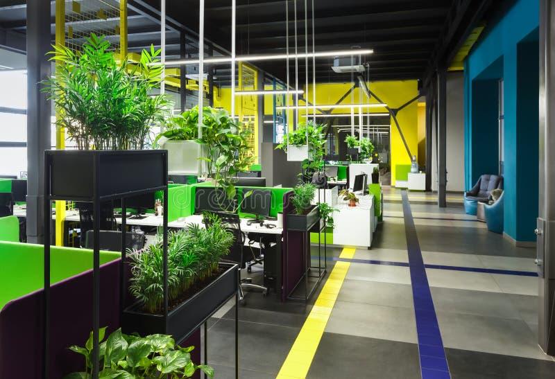Offenes mit Blumenbüro Innen in der Dachbodenart mit Plätzen für Rest lizenzfreies stockbild