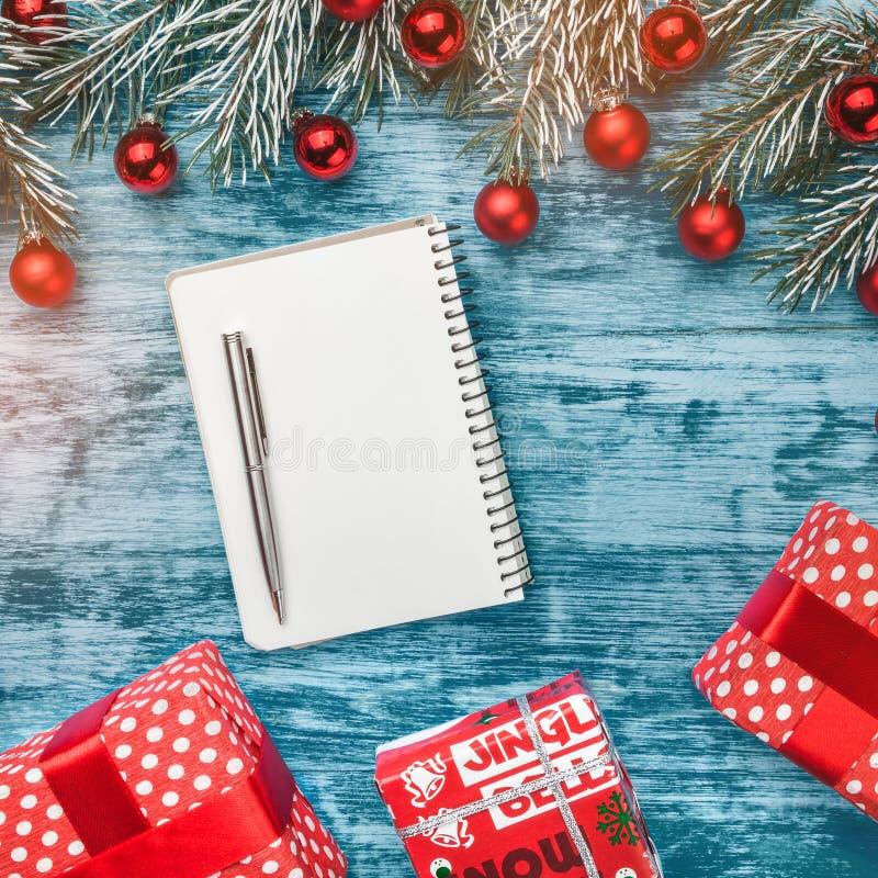 Offenes Notizbuch des freien Raumes mit Weihnachtsflitter-, -Tannenzweig- und -geschenkkästen Flache Lage, Draufsicht stockbilder