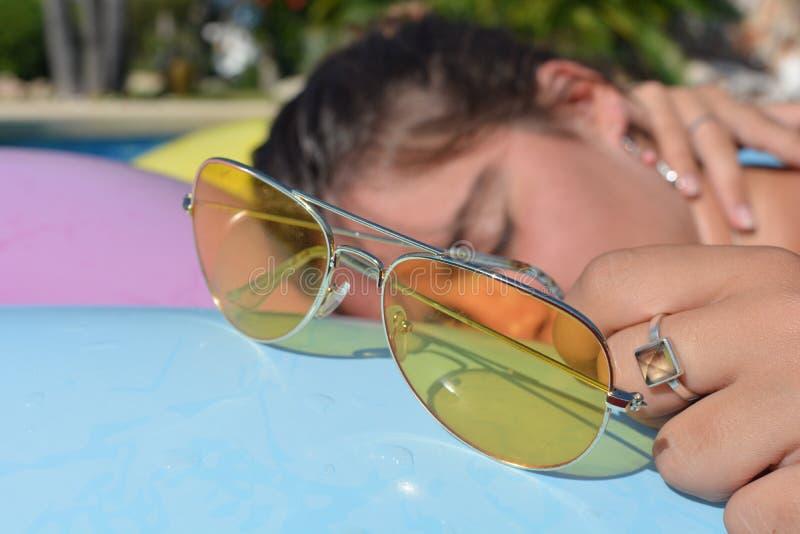 Offenes Porträt der tausendjährigen Frau und gelbe Sonnenbrille lizenzfreie stockfotos