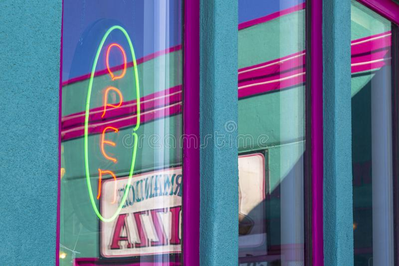 Offenes Zeichen auf Route 66, Kingman, Arizona, USA, Amerika, Vereinigte Staaten, Nordamerika lizenzfreies stockbild