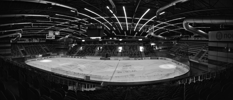 OFFENTLIG ACCES-HÄNDELSE!!! Chomutov Tjeckien - Januari 20, 2017: tom salong av den nya multifunctional arenan royaltyfri fotografi