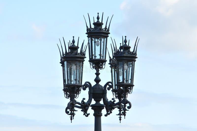 Offentlig belysning med den konstnärliga lampan royaltyfria bilder