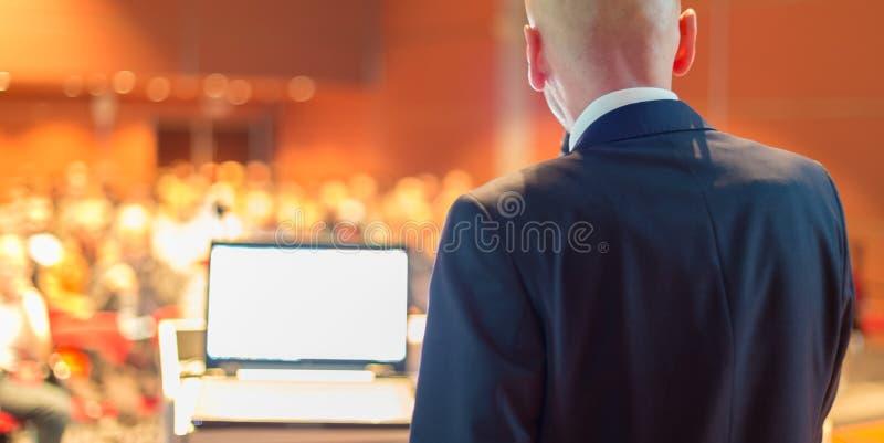 Offentlig högtalare på affärskonferensen royaltyfri bild