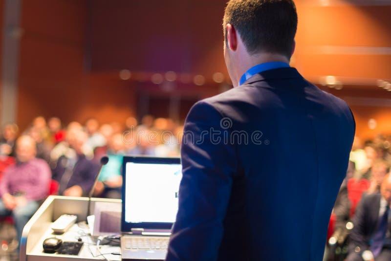Offentlig högtalare på affärskonferensen royaltyfria bilder