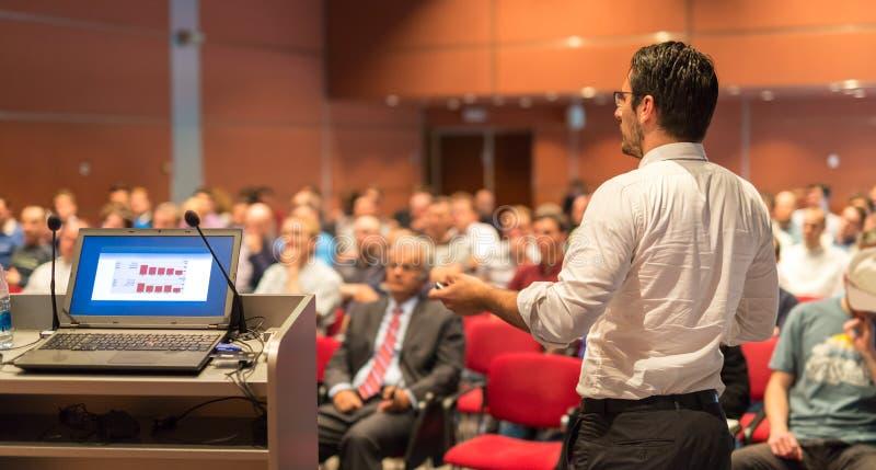 Offentlig högtalare som ger samtal på affärshändelsen arkivfoton