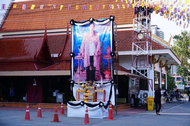 Offentlig pictuce av den Bhumibol Adulyadej konungen vår älskling Det thailändska folket betalar respekt för konungen, Bangkok Th arkivbilder