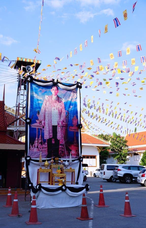 Offentlig pictuce av den Bhumibol Adulyadej konungen vår älskling Det thailändska folket betalar respekt för konungen, Bangkok Th arkivbild