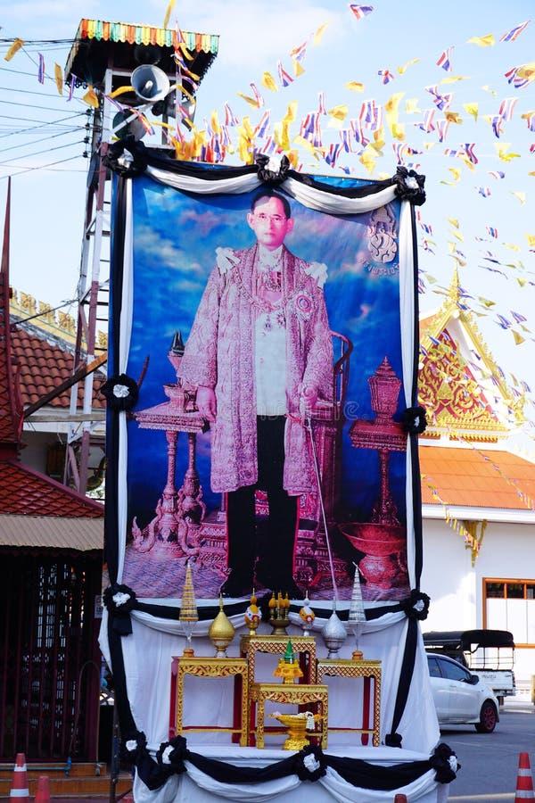 Offentlig pictuce av den Bhumibol Adulyadej konungen vår älskling Det thailändska folket betalar respekt för konungen, Bangkok Th royaltyfri bild
