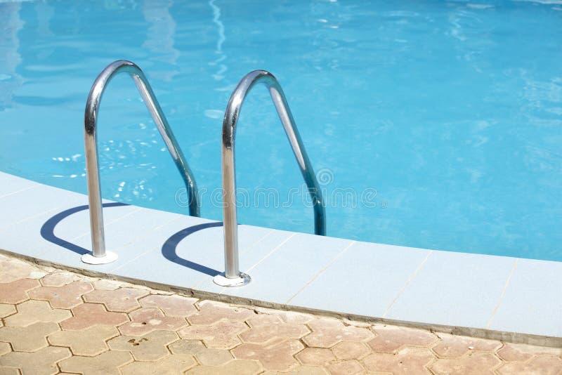 offentlig simning för handrailpöl royaltyfri bild