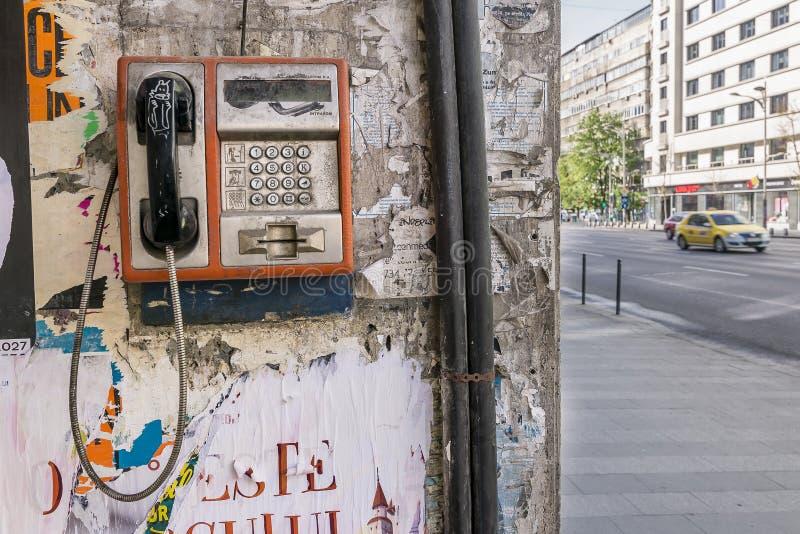 Offentlig telefon, Bucharest, Rumänien royaltyfri foto