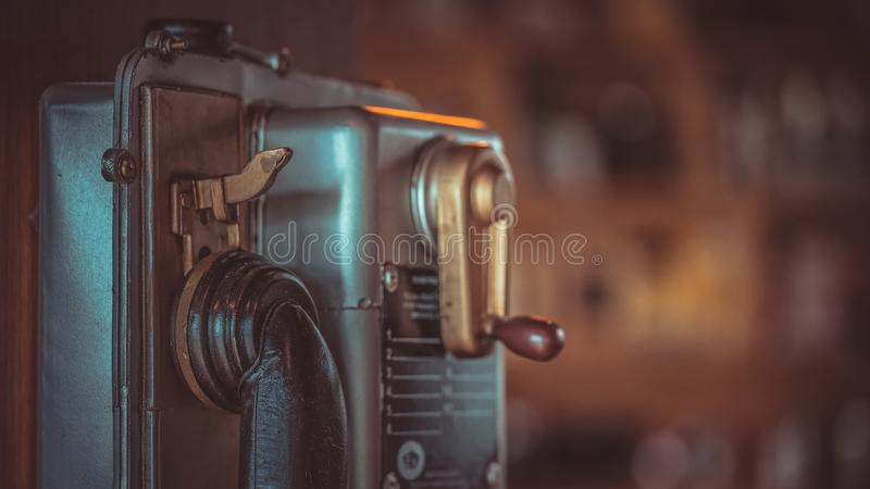 Offentlig telefon för antikt mellanläggsmynt arkivfoto