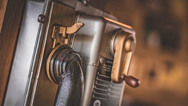 Offentlig telefon f?r antikt mellanl?ggsmynt arkivbild