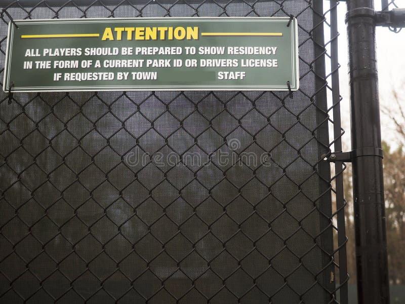 Offentlig tennisbana för tecken I D ID för invånare Bedford, New York royaltyfri fotografi