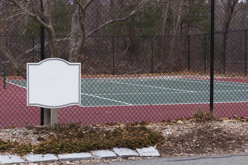 Offentlig tennisbana och runt om staketet för insida för domstolsiktsform Åtlöje upp för tecken arkivfoto