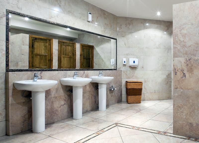 Offentlig toalettinre arkivfoto