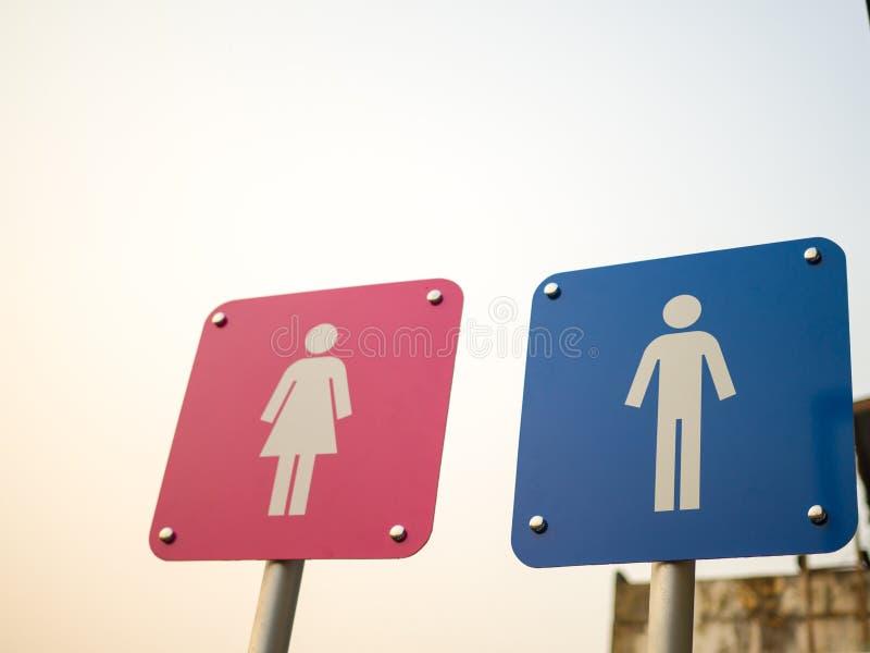 Offentlig toaletttecken-, man- och kvinnaWC undertecknar för toalett royaltyfri bild