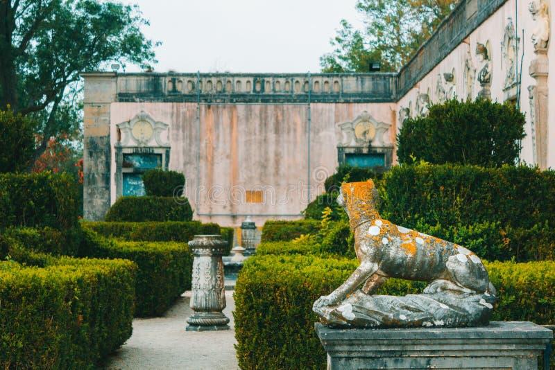 Offentlig trädgård med statyn av hunden från slott av Marquis de Pomba royaltyfri bild