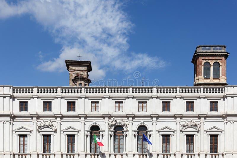 Offentliga biblioteket på piazza Vecchia i Bergamo, Italien royaltyfria bilder