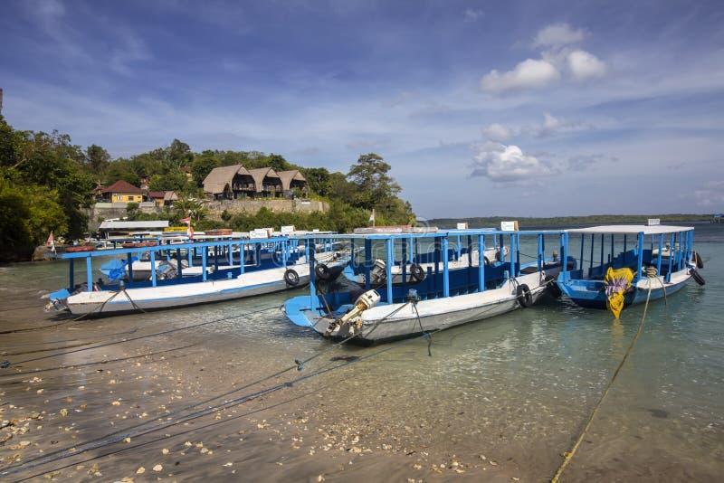 Offentliga fartyg som binds upp på stranden, Nusa Penida, Indonesien royaltyfria foton