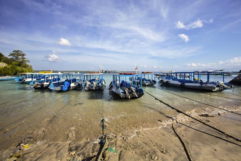 Offentliga fartyg som binds upp på stranden, Nusa Penida, Indonesien arkivfoto