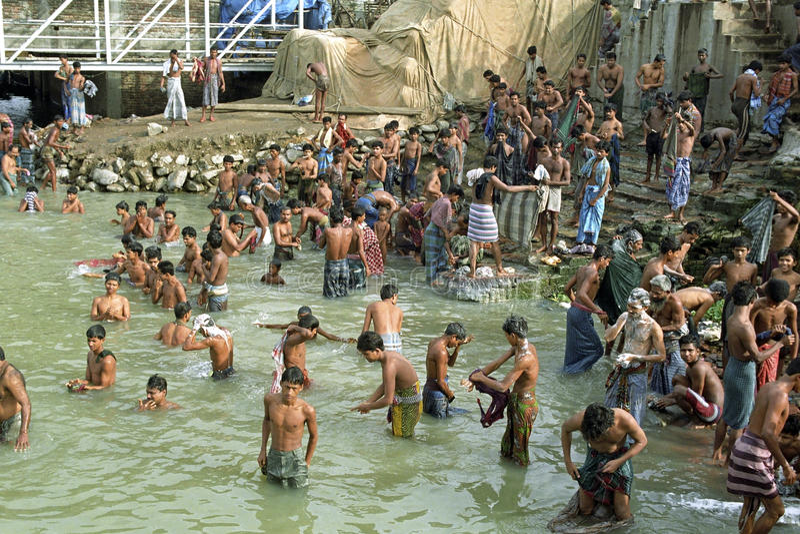 Offentligt badningområde för män, Dhaka, Bangladesh royaltyfria bilder