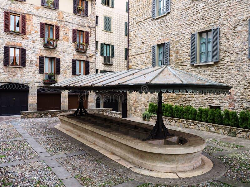 Offentligt medeltida laudry i den Bergamo fyrkanten arkivbilder