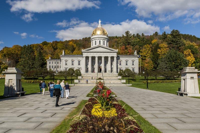 Offentligt parkera - det historiska statliga huset - Kapitolium i höst-/nedgångfärger - Montpelier, Vermont royaltyfri bild