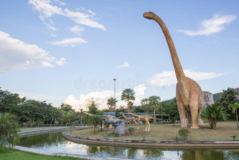 Offentligt parkerar av statyer och dinosaurien i KHONKEAN, THAILAND royaltyfri fotografi